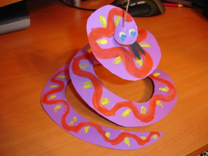 papier schlange selber basteln mit kindern farbe
