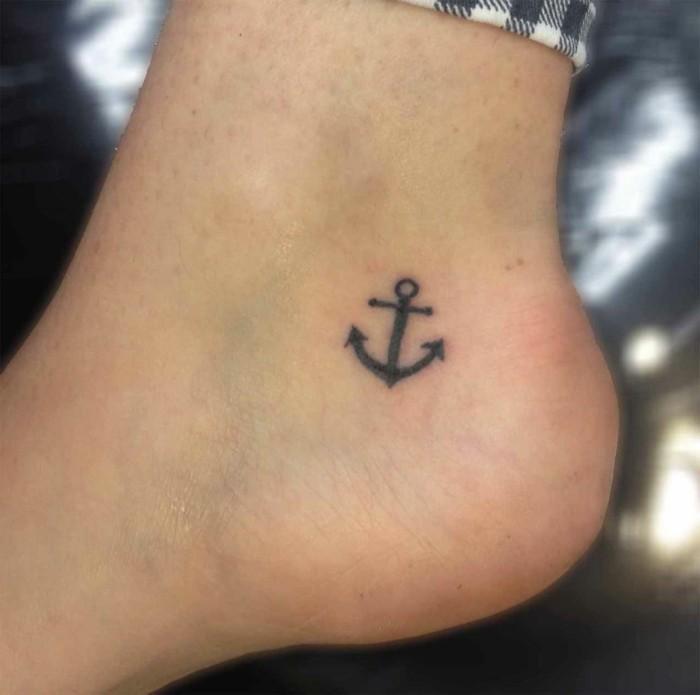 schöne tattoos anker am knöchel