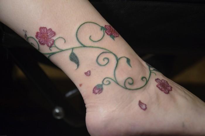 schöne tattoos für den knöchel mit floralen mustern