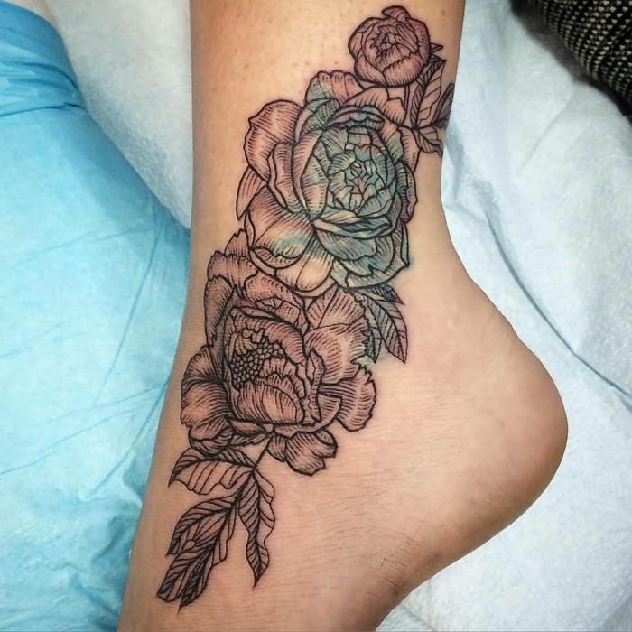 schöne tattoos für frauen blumen am knöchel