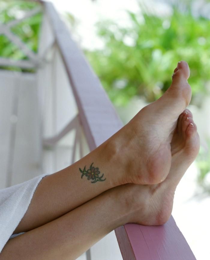 schöne tattoos farbiges tattoo am knöchel