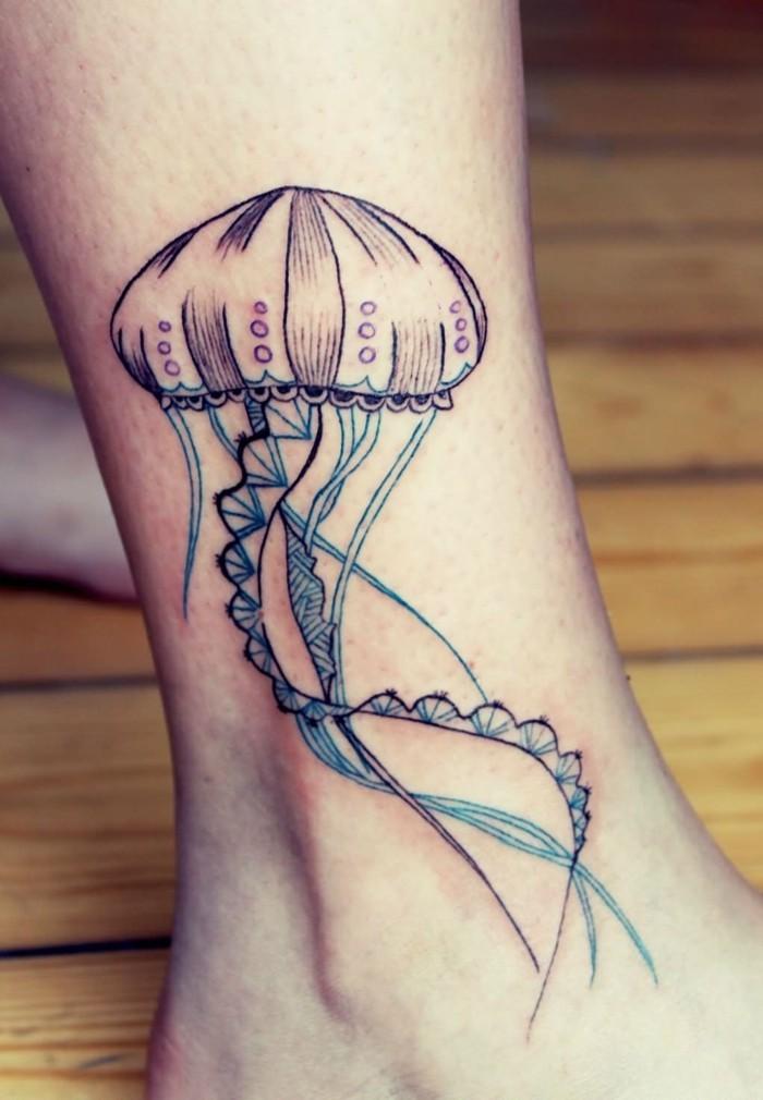 schöne tattoos qualle am knöchel