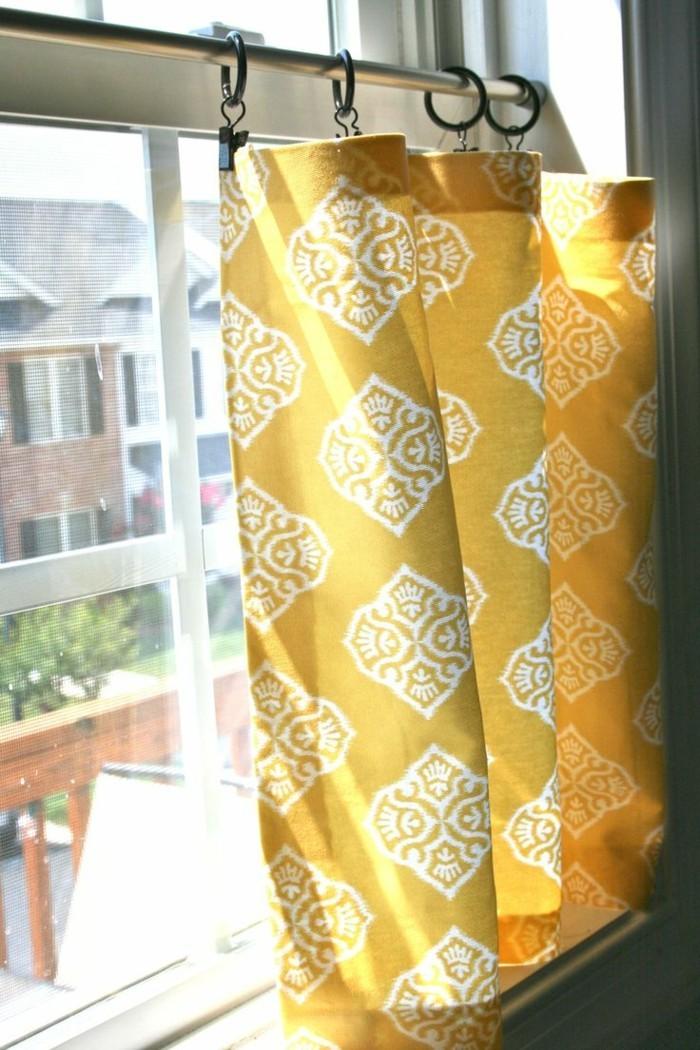 sichtschutz kurze gardinen in frischen farben für kleine fenster