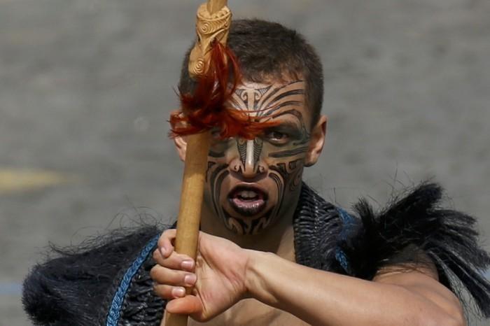 maori-tattoo-junger-krieger-gesichtstätowierung