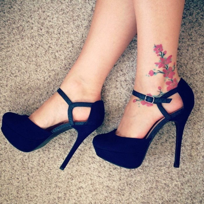 tattoo knöchel blumen am frauenknöchel
