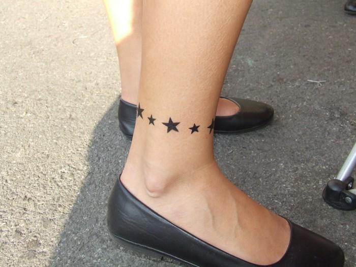 tattoo knöchel für frauen schwarze sterne