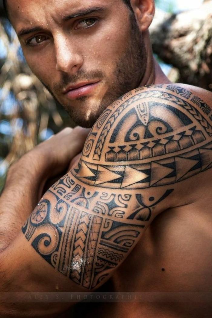 tribal motiv maori oberarm tattoo männer tätowierung