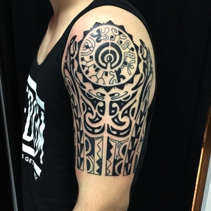 tribal motive maori tattoo ideen oberarm männer tätowierung