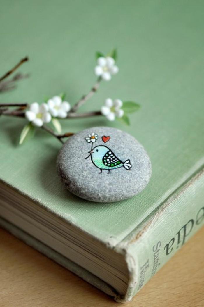 vögelchen mit blume und herz auf stein malen