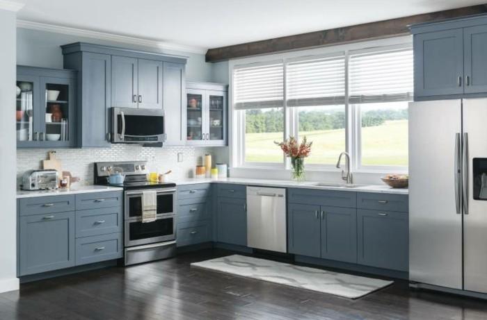 winkelküche graue küchenschränke und dunkelbrauner bodenbelag