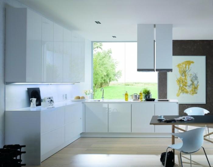 winkelküche in weiß und hellbrauner bodenbelag