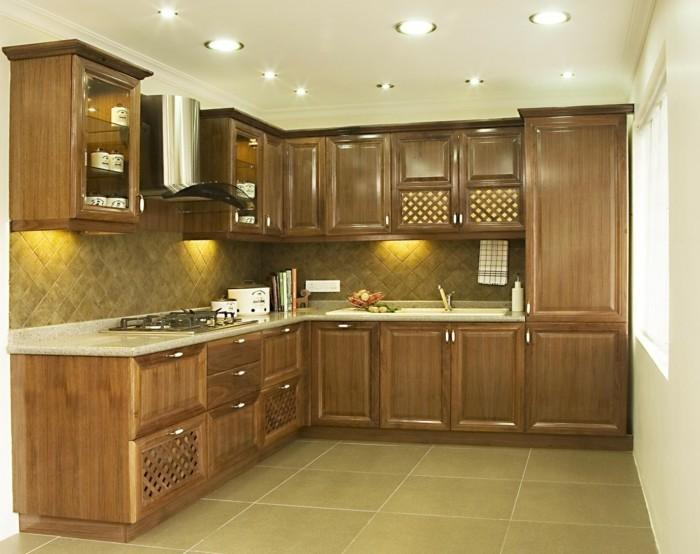 winkelküche mit hellbraunen küchenschränken