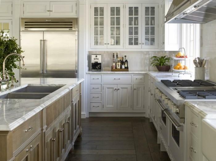 winkelküche mit kücheninsel in hellen farbtönen und holzboden