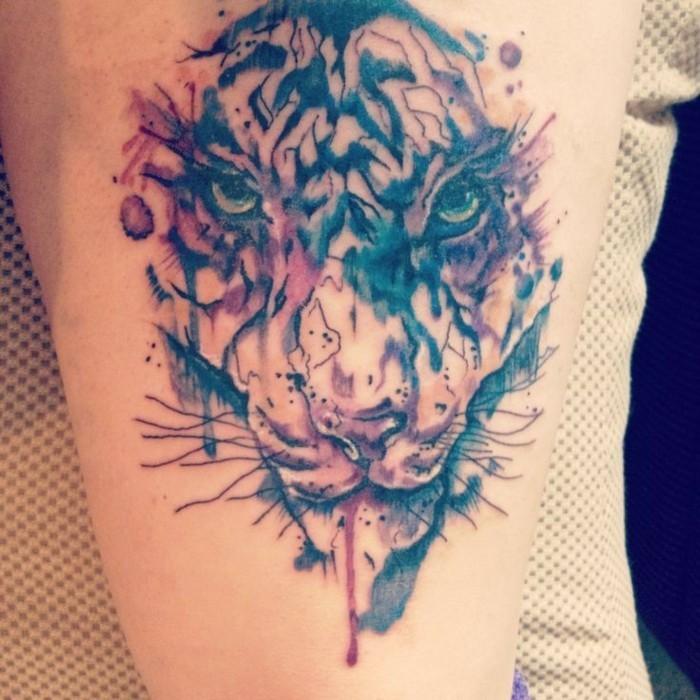 aquarell tattoo oberarm männer tätowierung