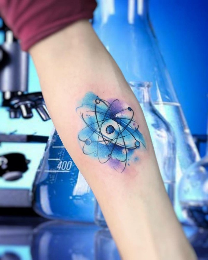 atom tattoo aquarell tätowierung unterarm idee