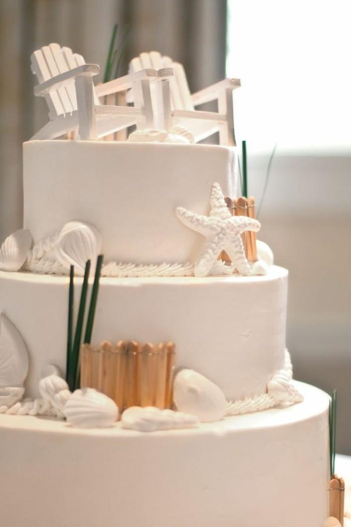 ausgefallene torten für hochzeit weiße mehrstöckige torte mit liegesesseln