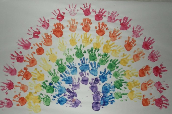 basteln mit kindern ausgefallener pfau aus handabdrücken