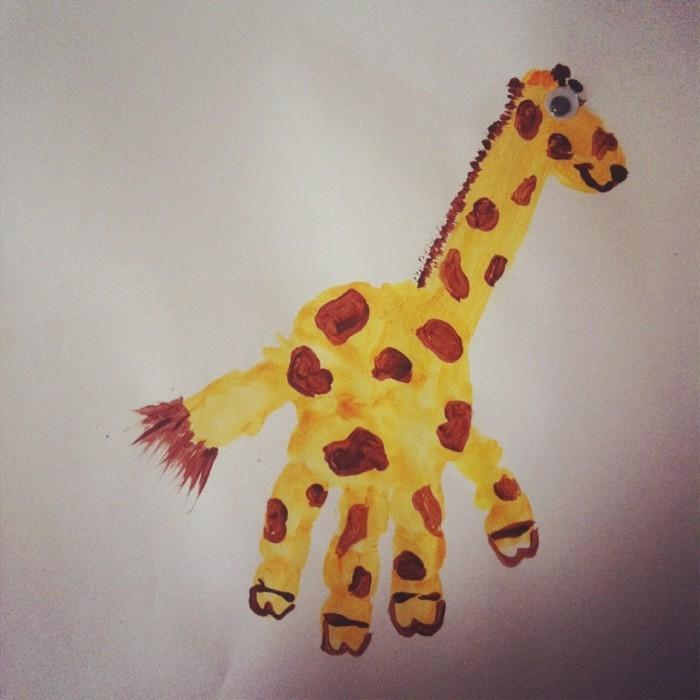 basteln mit kindern girafe aus handabdruck