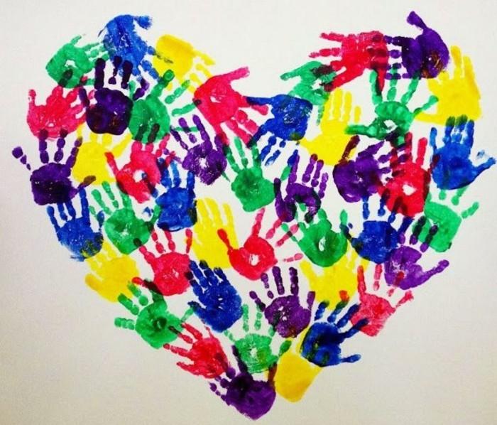 basteln mit kindern originelles herz aus bunten handabdrücken