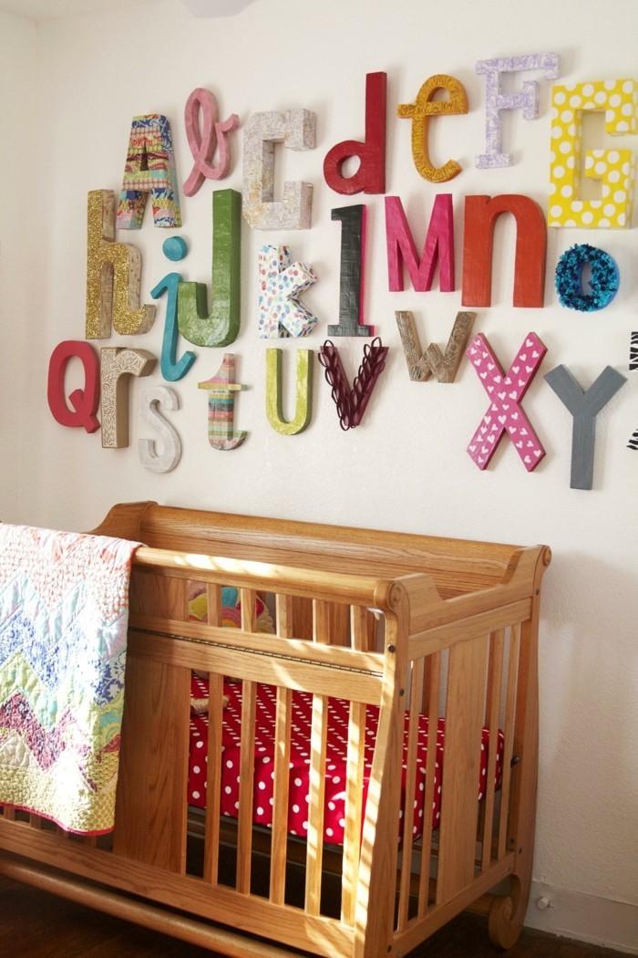 buchstaben deko das alphabet an der babyzimmerwand