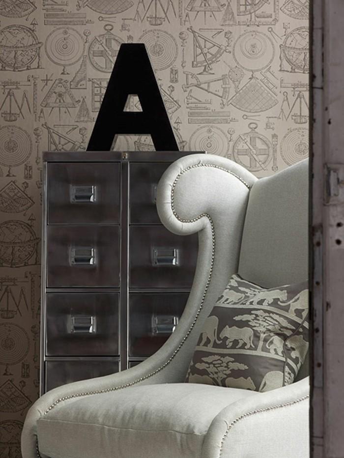 buchstaben deko und schönes tapetenmuster im wohnbereich