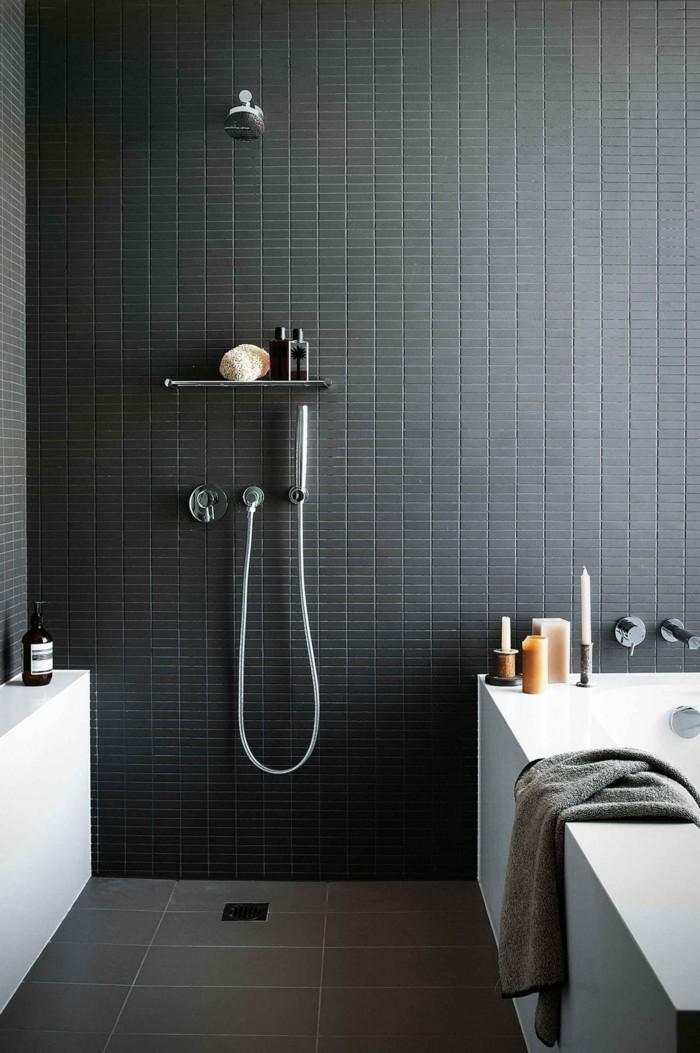 ebenerdige dusche schwarze wandfliesen und weiße badewanne