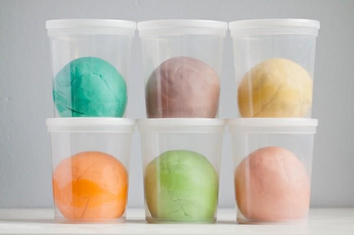 essbare knete in kleinen plastikbehältern