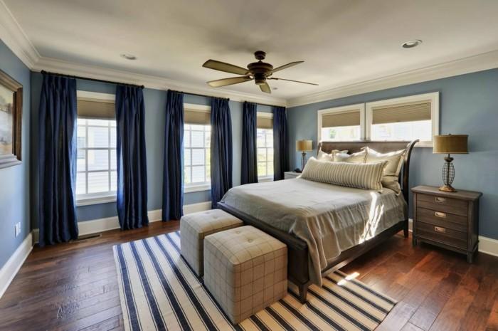 gardinen schlafzimmer blaue vorhänge mit streifenteppich kombinieren