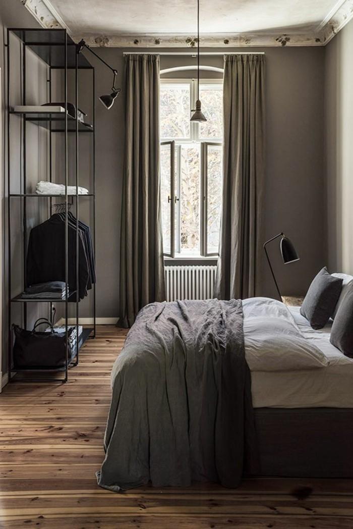 gardinen schlafzimmer graue vorhänge im männlichen schlafbereich und boden in holzoptik