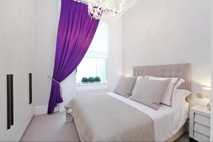 gardinen schlafzimmer lila vorhänge in einem weißen schlafbereich