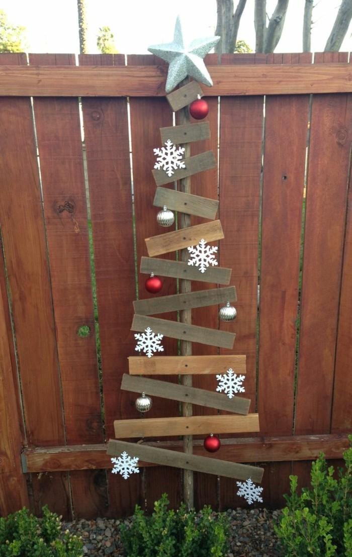 gartendeko basteln naturmaterialien hölzerner weihnachtsbaum im außenbereich