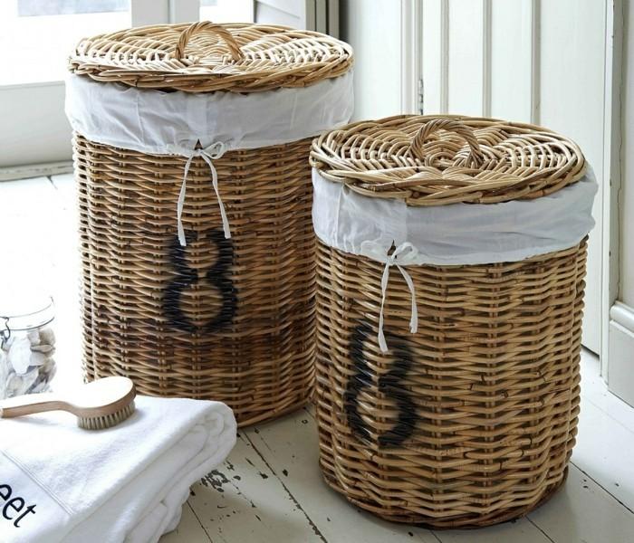 geflochtene wäschekörbe aus weidenholz mit weissen stoff