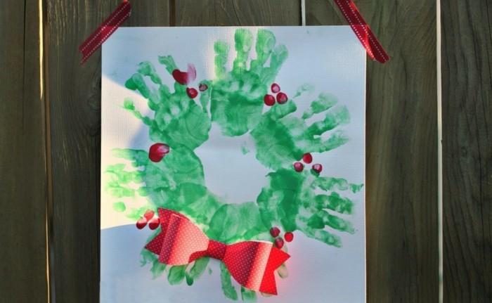 handabdruck bilder ausgefallener weihnachtskranz aus grünen handabdrücken