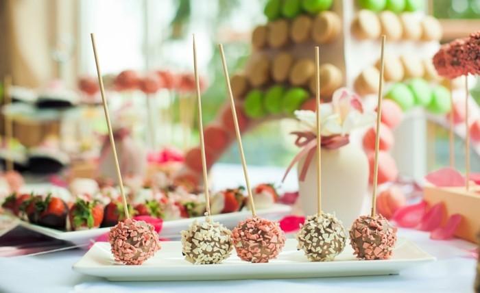 hochzeitsmenü farbige desserts auf der hochzeitstafel