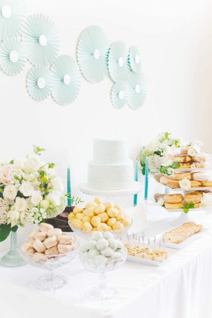 hochzeitsmenü weiße tischdecke und viele desserts