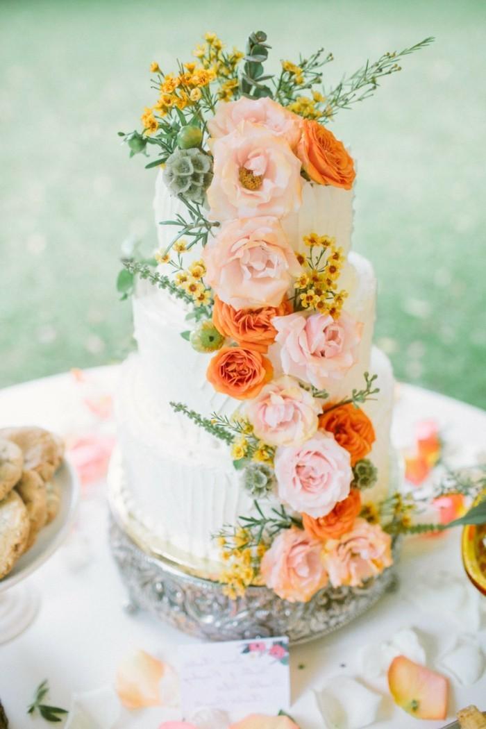 hochzeitstorte bilder elegante torte mit blumen