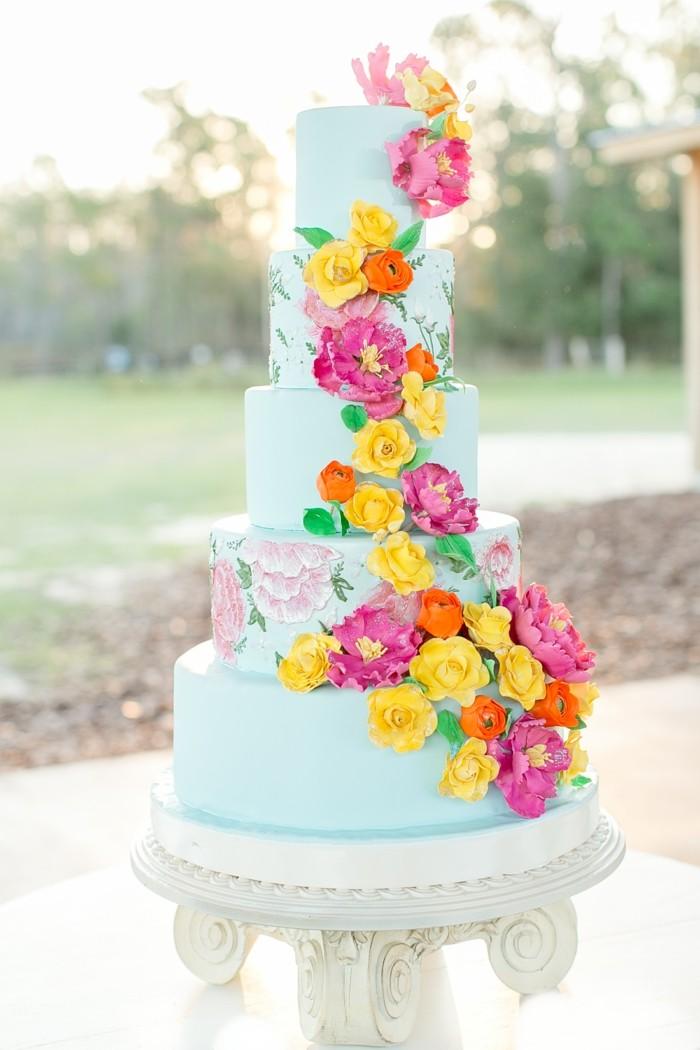 hochzeitstorte bilder hellblaue torte mit farbigen blüten