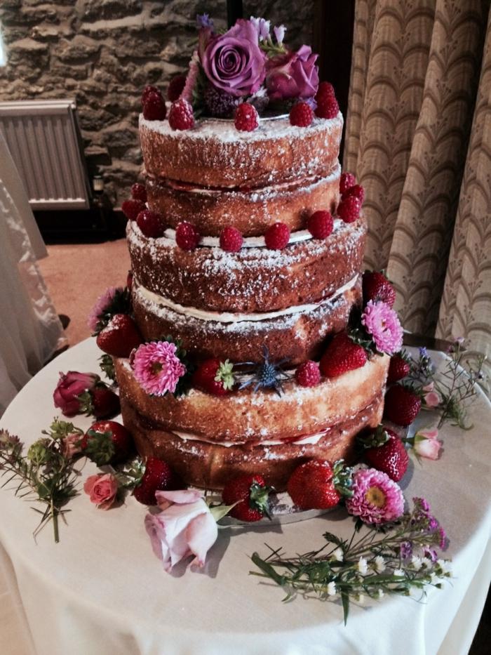 hochzeitstorte bilder mehrstöckige torte mit erdbeeren und blumen