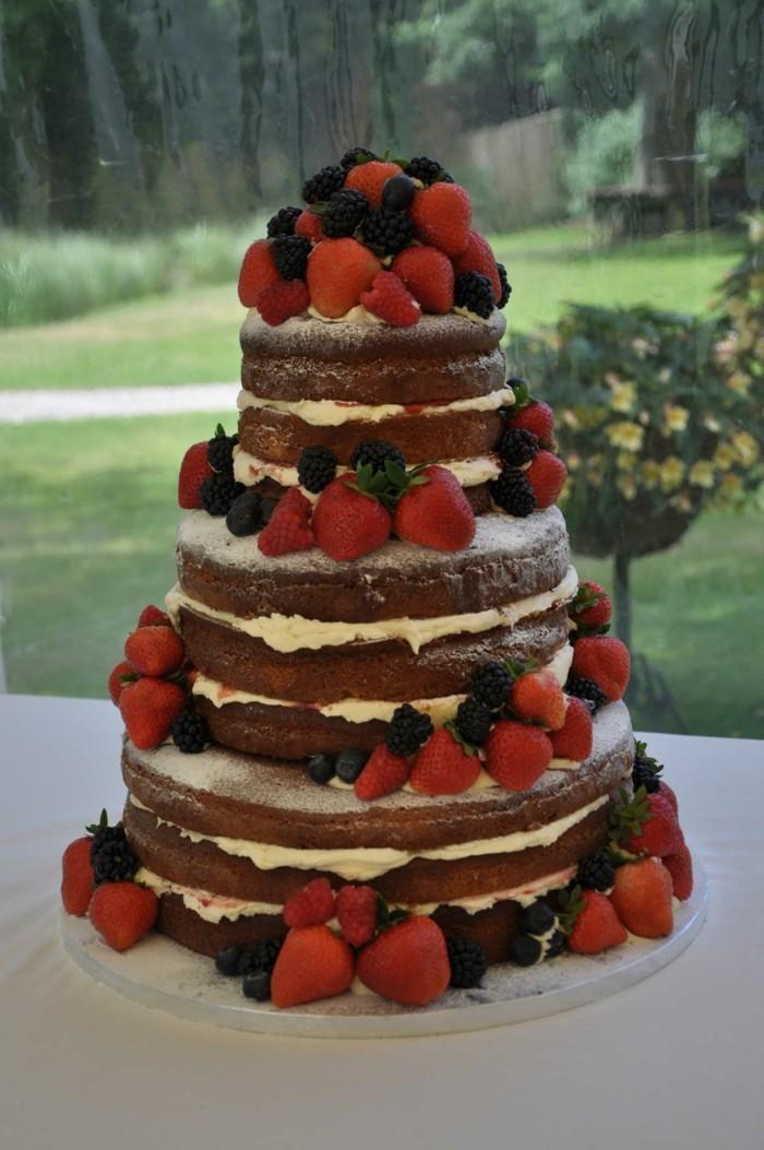 hochzeitstorte bilder schlichte torte mit erdbeeren