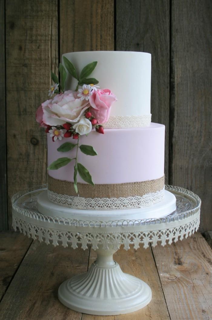 hochzeitstorte bilder stilvolle torte mit zarten blumen