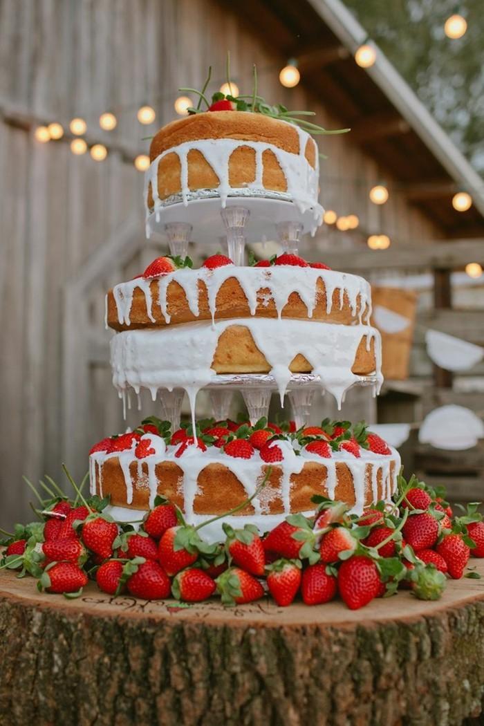 hochzeitstorte bilder wunderschöne mehrstöckige torte mit erdbeeren