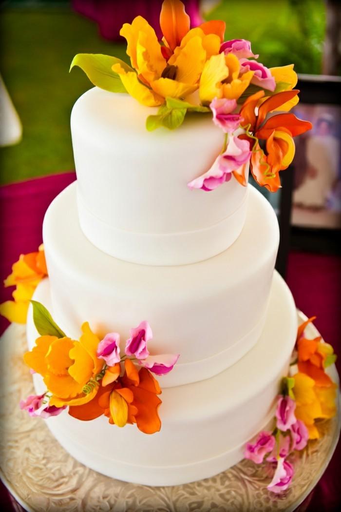 hochzeitstorten weiße torte mit bunter deko in hawaiistil