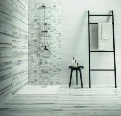 Fliesen in Holzoptik - Badezimmer wohnlich gestalten