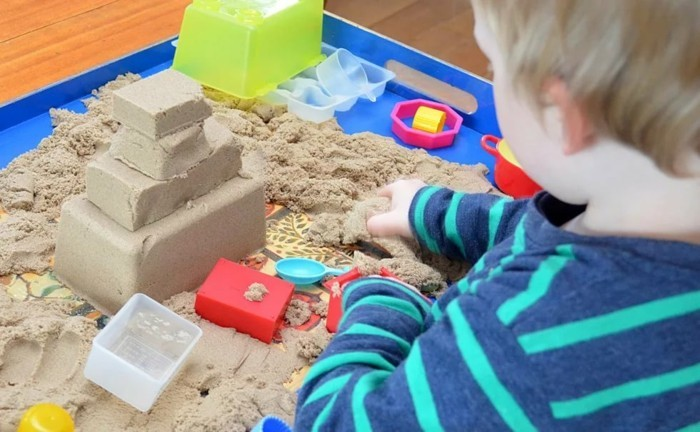 kinderspiel mit kinetic sand zum selbermachen
