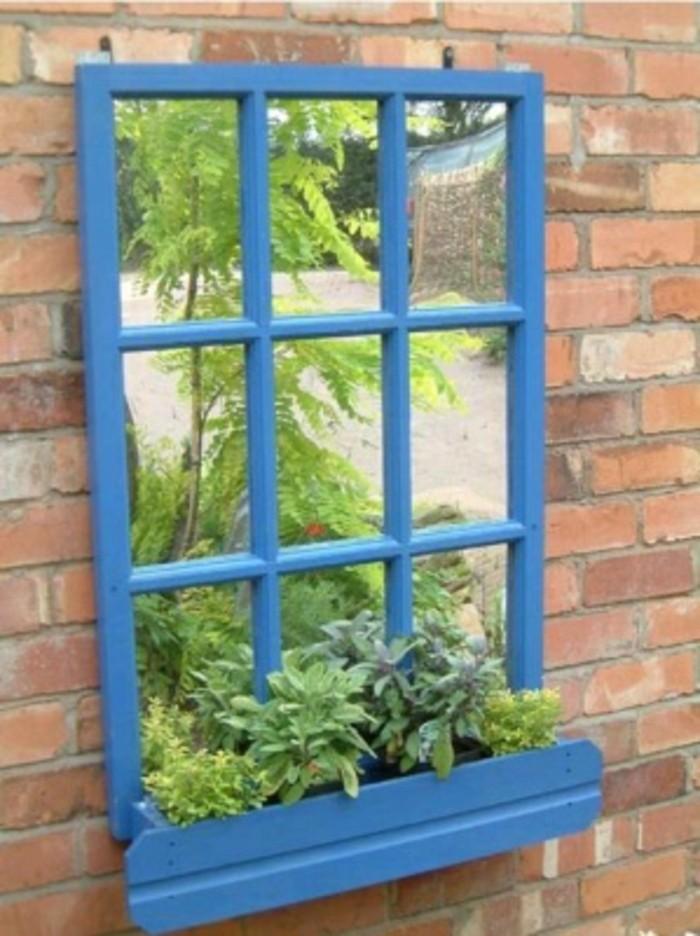 kleiner pflanzer mit spiegel für die außenfassade