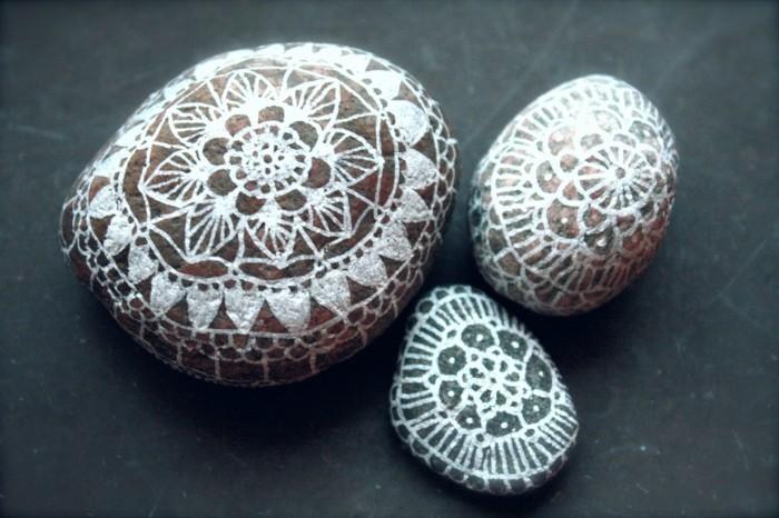 kreative gartenideen steine bemalen und schöne akzente im garten setzen