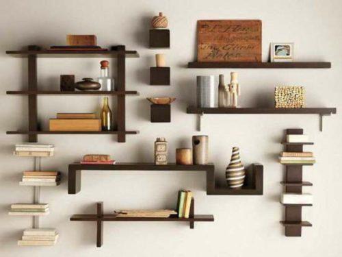 minimalistische-holzregale-kleine-wohnung-einrichten