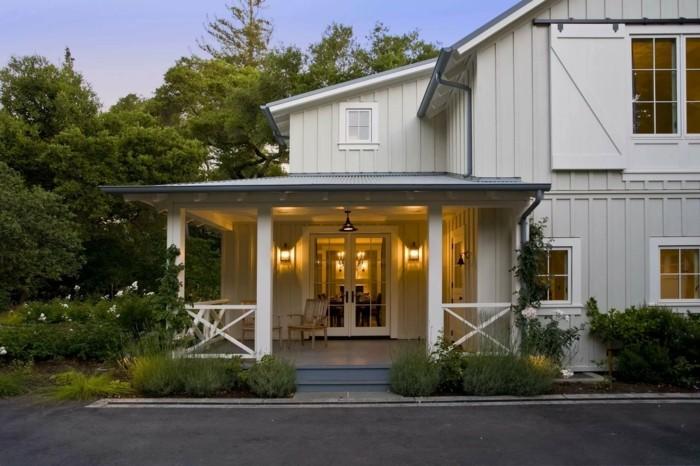 moderne terrassengestaltung holzmöbel und schöne beleuchtung