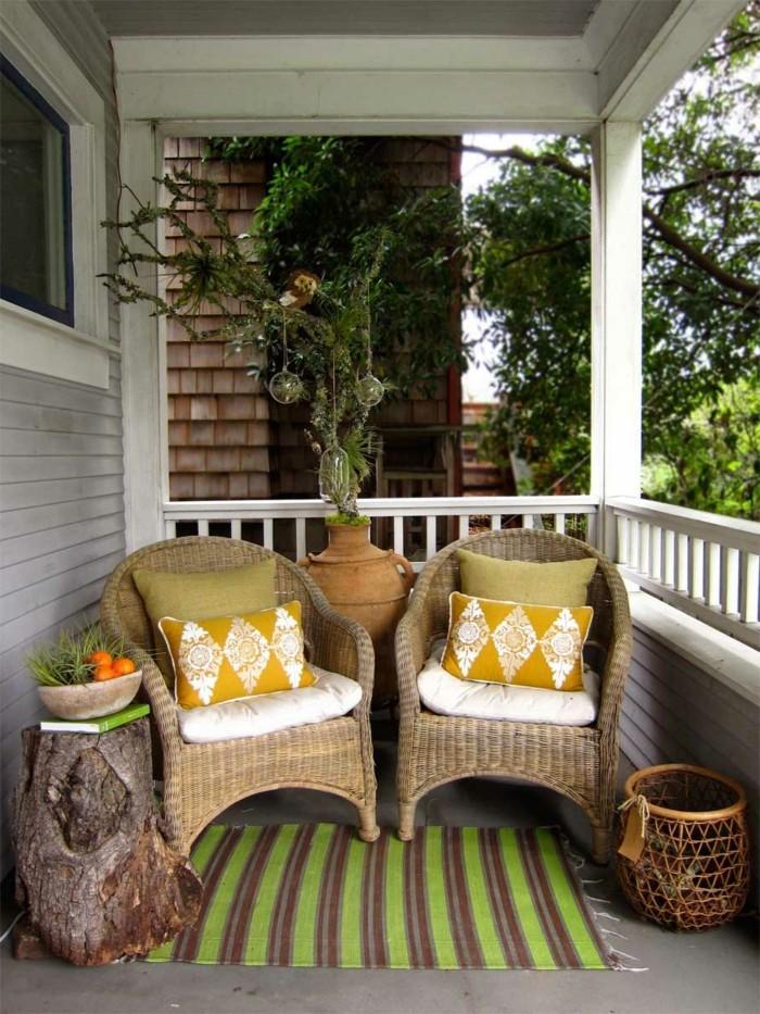 moderne terrassengestaltung rattanmöbel und rustikaler beistelltisch
