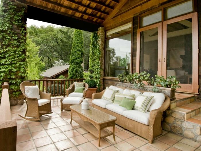 moderne terrassengestaltung sitzbereich mit rattanmöbel und dekokissen
